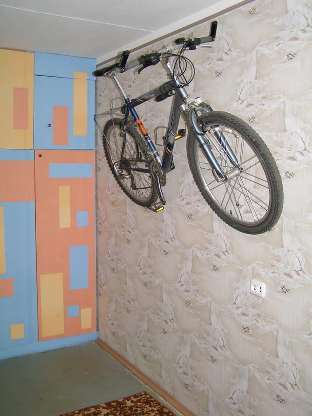 Хранение велосипеда на стене в квартире (фото).