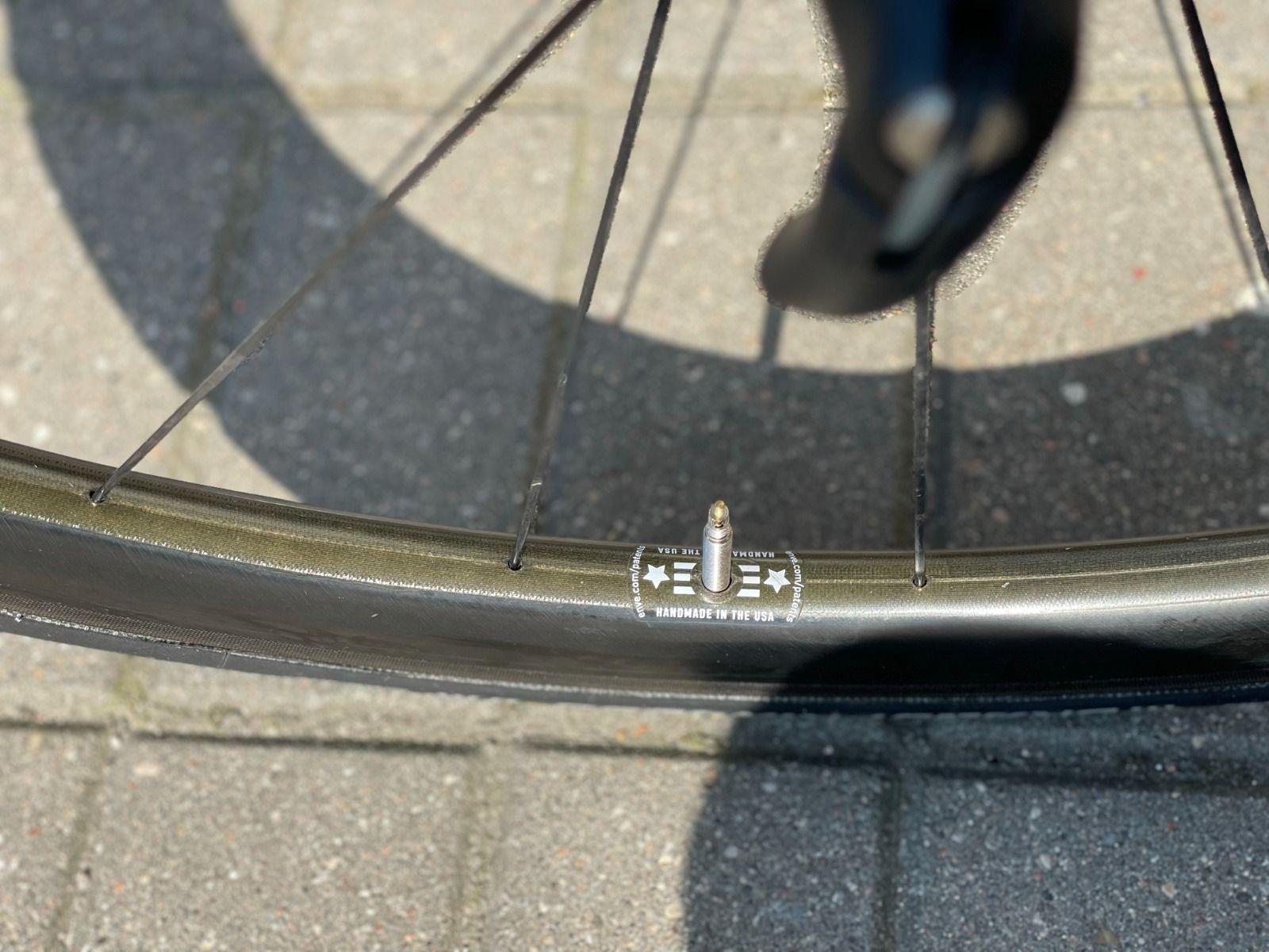 Колеса ENVE 3.4 (клинчер и TLR бескамерные), хабы DT Swiss 240. в идеале.