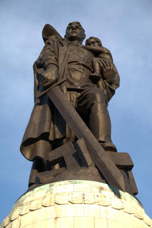 Voin-osvoboditel'__monument_v_berlinskom_Treptov-parke_4_-_Kopie.jpg