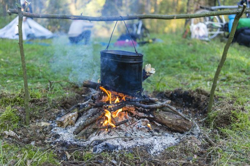 pot_roasts_on_the_fire_in_the_forest_dlya_poekhali.jpg