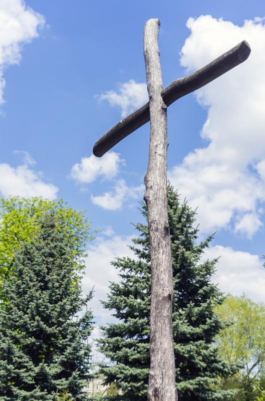wooden_cross_against_the_sky_and_trees_dlya_poekhali.jpg