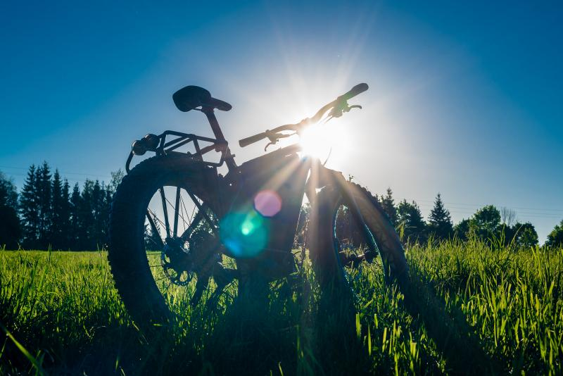 Tourist_fatbike_on_in_the_rays_of_the_sunrise.jpg